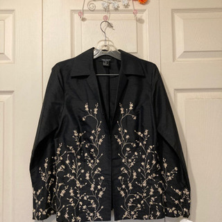 【ネット決済】値下げ❗️シルク100%、新品、黒に金刺繍ジャケット