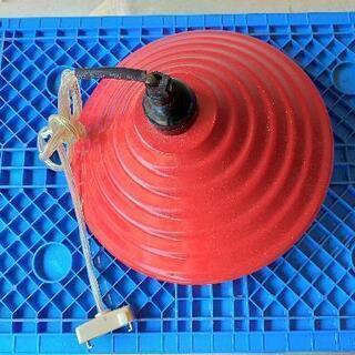 赤い照明器具