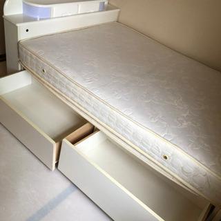 収納、ライト付きダブルベッドとマットレス
