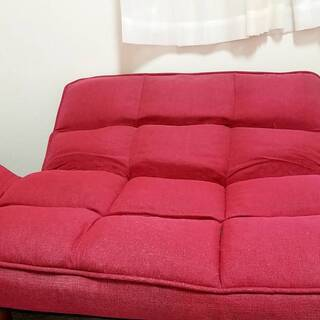 ♪赤色ソファー✨ 1人でも2人でも座れます💺 背もたれを倒せば寝ることも♪ - 家具