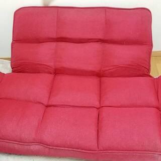 ♪赤色ソファー✨ 1人でも2人でも座れます💺 背もたれを倒せば寝ることも♪ − 東京都