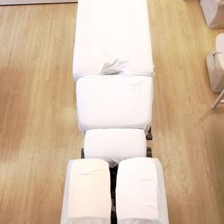 【ネット決済】整体 施術用ベッド1台、カバー2セット付! 【中古...