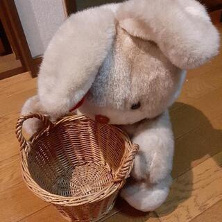 ウサギのぬいぐるみかごつき