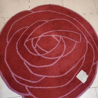 珍しいバラ柄ラグ