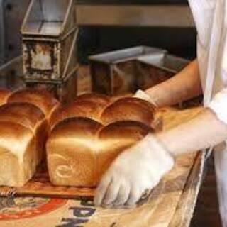 パンのにおいに囲まれたパン工場での製造補助