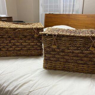 2つの籐の容器