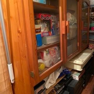 ベッドと鏡台とテーブルと食器棚で100万円した商品です。