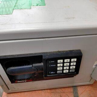 金庫、旅行カバンの引取 持込の方のみ 鍵とパスワードがあって実際...