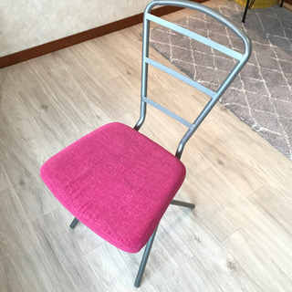 ピンクの椅子 500円 オシャレです