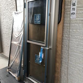 裏口のドアと網戸