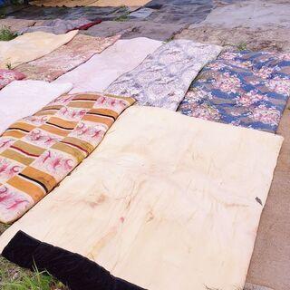 この時期の畑やお庭の防草用に!解体で引き上げてきた床用のゴムシートと、何十枚と大量の布団ありますのでお好きな量を無料でお持ち帰りください♪※寝具としては敵さないと思います。 - 稲敷市