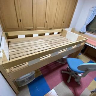 ベッドと勉強机が一体式です。