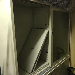 7/30までの引き取り限定 オフィス用 棚 鍵なし ガラス…
