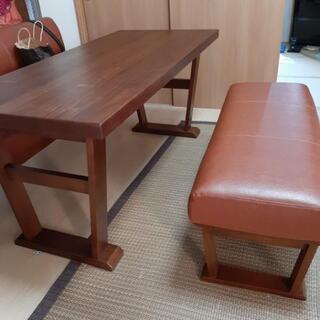 テーブルとベンチチェア