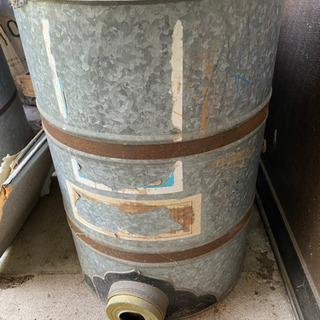 ブリキ保存缶2種、燻炭器?
