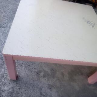 ピンクのテーブル別館倉庫浦添市安波茶2-8-6においてます