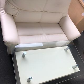 白のソファとガラステーブルセット