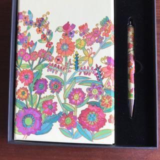 花柄の表紙付きノートとボールペン