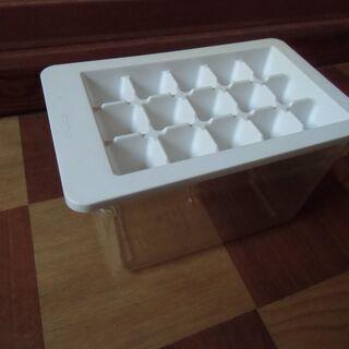 ●無料● 製氷皿 アイストレー (氷を入れる容器付き)差し上げま...