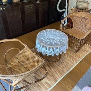 籐の椅子2脚と ガラステーブル
