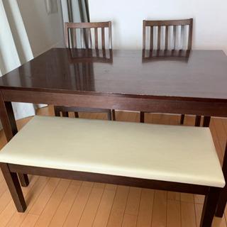 ダイニングテーブルと椅子2脚と長椅子