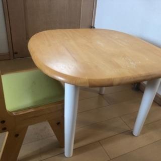 子供用 椅子とテーブル