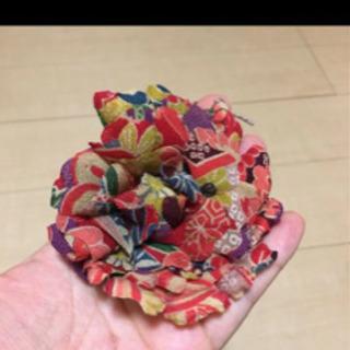 赤い和柄模様のお花のコサージ