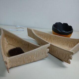 2槽の舟形の花器(剣山1付き)、2色の花器(箱付き)