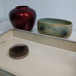 脚付き花器1 角水盤1 赤い花瓶 剣山1
