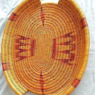 〈アフリカ工芸品〉大きな平たいカゴ(トレー)