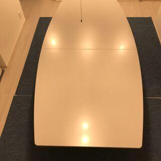 オフィスで使われるような机と椅子のセット