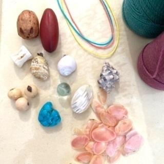 生態を知り、貝や石、木の種を使ってアクセサリーを作る