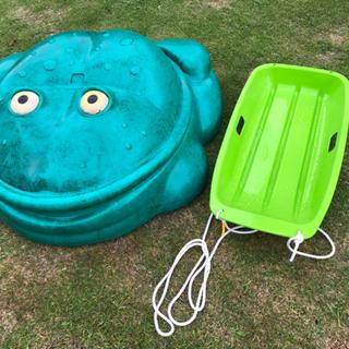 砂場カエルと芝生ソリ