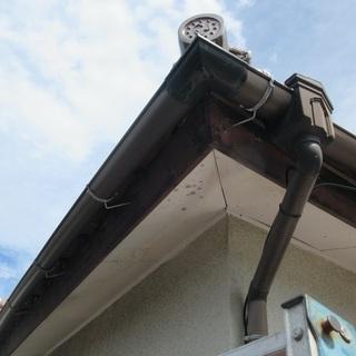 「近くで工事している者です。お宅の屋根の異常を見かけたもので」と...