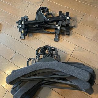 【譲り手見つかりました】ハンガー 袋付き(44本ブラック)・ズボン用7本・クッション付き13本・滑り止め15本 - 家具