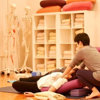 毎週火曜日は鈴木伸枝先生による「冥想のためのヨガ」開催中です!!