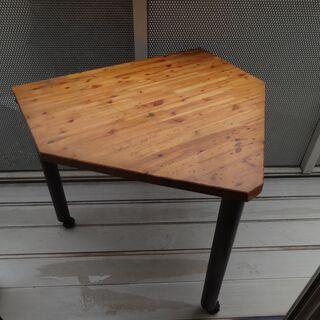部屋の隅に置けるコーナーテーブル