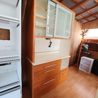食器棚がたくさん入りました。
