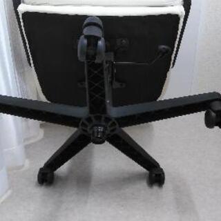 キャスター付きの椅子です