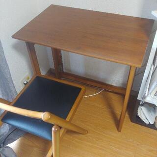 テーブルとイスのセットの画像