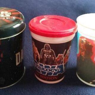 スターウォーズのブリキ缶とプラスチックのコップ2つ