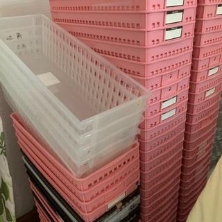 カゴ 沢山 ピンク 茶色 整理 収納アイテム