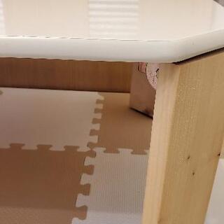 白い折りたたみ可能テーブルの画像