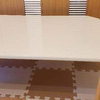 白い折りたたみ可能テーブル - 名古屋市