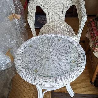 藤の椅子一脚とテーブル