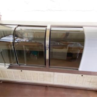 ケーキ屋さんの冷蔵庫(ショーケース冷蔵庫)