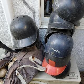 ヘルメット、ミット、ボール複数