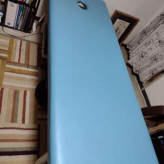 ベッドの交換。据え置き型と折りたたみ型の施術用ベッド。
