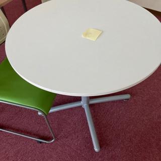 オフィス家具イス二脚テーブル3つ 差し上げます。