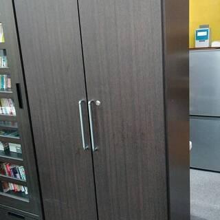 両開きキャビネット(木製、鍵付き、可変棚4枚付き)
